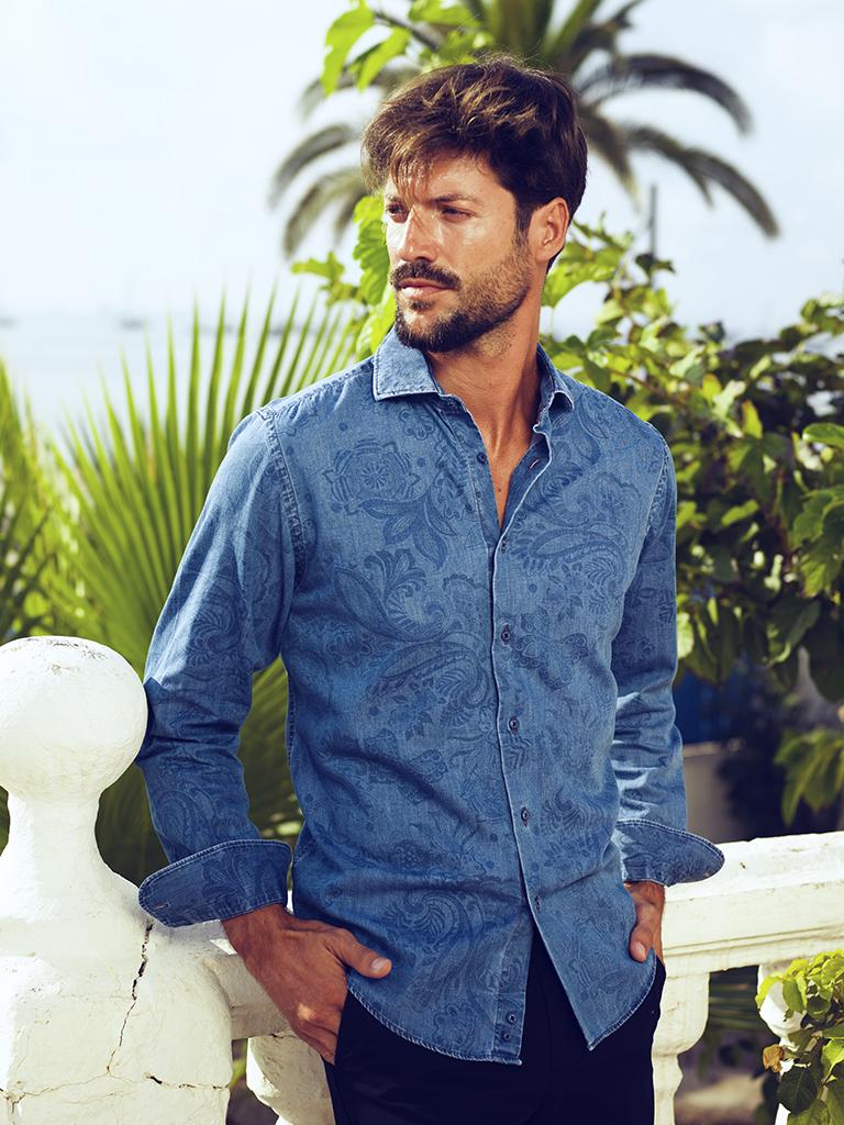 Carlos Córdoba kék ing